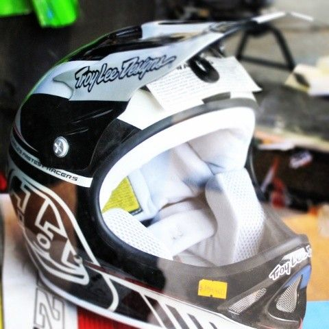 Casco Troy lee Desings :D  https://www.facebook.com/AdrenalinaSport.CL