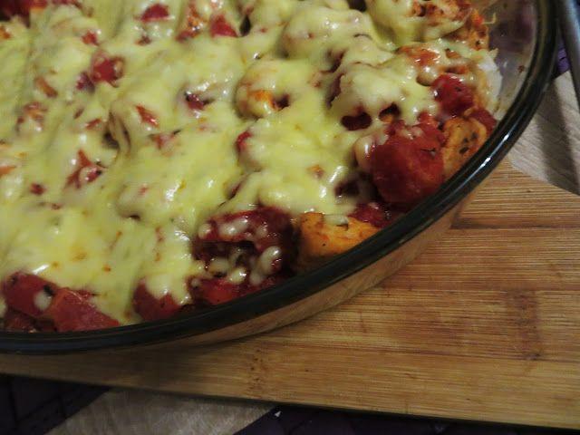 Składniki:   1 duża czerwona papryka  1 cebula  400 g krojonych pomidorów z puszki  1 pierś z kurczaka  papryka ostra mielona, orega...