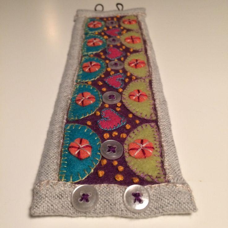 Armband av filt, tyg, knappar mm.