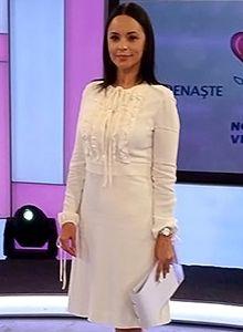 Andreea Marin a prezentat un maraton caritabil pentru o televiziune din Chisinau, imbracata in aceasta rochie Versace. Vezi rochia aici: http://www.dressbox.ro/rochii/valentino-va01.html