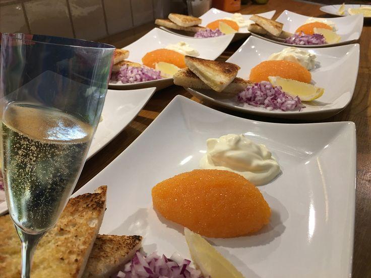 Nyårslyx Lite nyårslyxiga maträtter med väl valda viner och vänner är något som de flesta av oss känner igen och tycker om. När det gäller maten så är det lätt att bli överambitiös och välja avancerade rätter som låser dig vid spisen en stor del av nyårsaftonen.   #Bubbel #Mat
