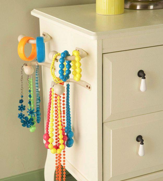 Instale suportes nas laterais da sua cômoda para pendurar acessórios. | 16 truques bem simples para deixa sua casa organizada de verdade
