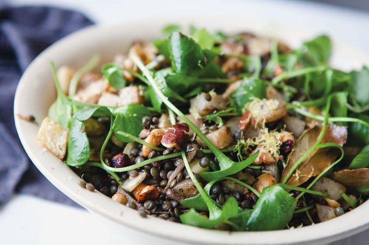 Wintersalade met linzen, geroosterde knolgroenten en balsamico -,200 g linzen  1 kg winterknolgroenten (knolselderie, peterseliewortel, aardpeer, pastinaak, raapjes, pompoen enz.) , 4 grote sjalotten, in halve ringen, 3 teentjes look, ongeschild en gekneusd,1/2 onbespoten citroen, in partjes, 1 kl gedroogde Provençaalse kruiden (tijm, salie, oregano, basilicum enz.) ,4 blaadjes laurier ,150 ml olijfolie ,200 g gemengde noten, grof gehakt , 1 flinke scheut balsamicoazijn , 2 handenvol (ca.