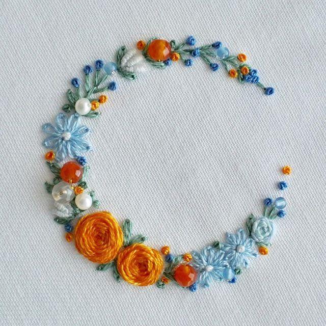 * *オレンジ色の薔薇のリースをデザインしてみました。柔らかなブルーが薔薇を引き立てます。 * * カーネリアンやパールを飾りました。 * * *ピンクッションのワークショップ、11月16日のみ2名様空きがございます。23日は満席となりました。 * * * * #手刺繍#花輪#crown #embroidery#刺繍#DMCembroidery #embroideryart #花かんむり#em_hm #interior #flowers #インテリア#作り手#花 #花畑 #キレイ#デコレーション #ジュエル刺繍#atelierao #ao303 #ワークショップ #자수 #長久手 #stickerei #flowerdesign #手刺繍 #オレンジ #リース #broderie#вышивка #カーネリアン