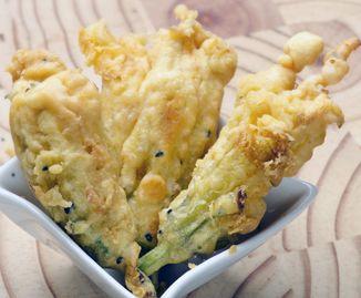 Fiori di zucca, come prepararli con una pastella croccante