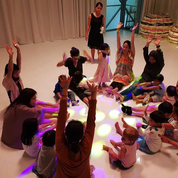 Toddler dance-out sesh with #rolypolyfamily Lil S ignored my jigs and followed the lead dancers busting some serious moves. Papa's comment: it's clubbing for kids  #singapore #theartground #goodmanartscentre #toddlerdanceparty #toddlerdancemoves #weekendhavoc #movementmatters #dancefun
