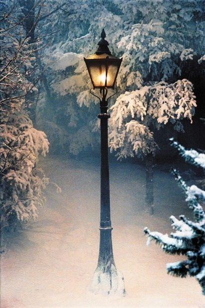 @SraDibujo #farola: Esta es mi farola favorita. La farola es de la película, Narnia. Promete un viaje seguro y es un símbolo de posibilidad. Es muy bonita cuando la nieve está en la farola. La luz es bonita, también.