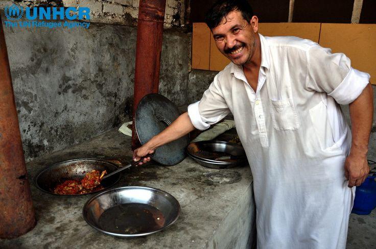 """Abdul è un #rifugiato afghano che lavora come tessitore di tappeti ad Attock, in #Pakistan. Ogni sera, dopo il lavoro, si mette in cucina e prepara specialità esotiche del suo paese per il suo capo e la famiglia. """"Non sono solo le spezie che danno sapore, ma è anche la passione"""" dice, """"Io cucino con tutto il mio cuore e la mia anima"""" Duniya Aslam Khan / UNHCR www.unhcr.it"""
