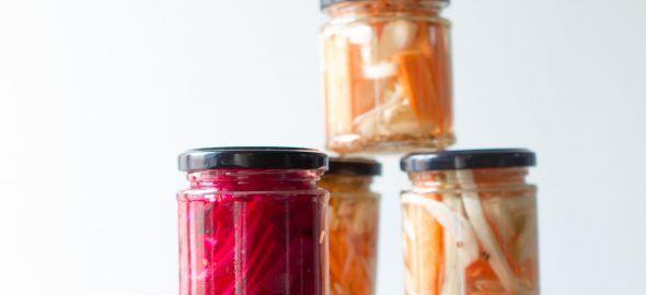 Binnen een kwartier maak je met dit recept pickles, zoals augurken, wortel met korianderzaad of radijs met mosterdzaad.