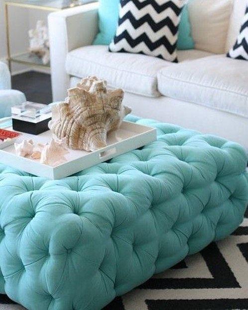 Dica para ter uma decoração que AHAZA: estampas chevron nas almofadas e no tapete destaques em azul turquesa e uma mesa de centro com aplicações em botonê. O ambiente fica fresh e clean. <3 #decoration #instadecor #instahome #casa #home #interiordesign #homedesign #homedecor #homesweethome #inspiration #inspiração #inspiring #decorating #decorar #decoracaodeinteriores #Mobly #MoblyBr