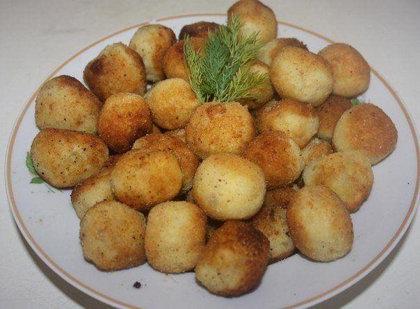 Картофельные шарики с сыром - ОТЛИЧНЫЙ- НЕОБЫЧНЫЙ ГАРНИР  http://qps.ru/dUjJ4  1. делаем картофельное пюре, примерно из 6 картофелин;  2. в пюре добавляем 2 яйца и одну ложку муки;  3. хорошо перемешиваем, лучше руками;  4. скатываем шарики и в середину внедряем кубик сыра (любого по вкусу);  5. картофельный шарик обваливаем в панировке с добавлением соли и специй;  6. в разогретую сковороду наливаем приличное количество масла, чтобы закрывало дно шарика, и обжариваем со всех сторон.  7…