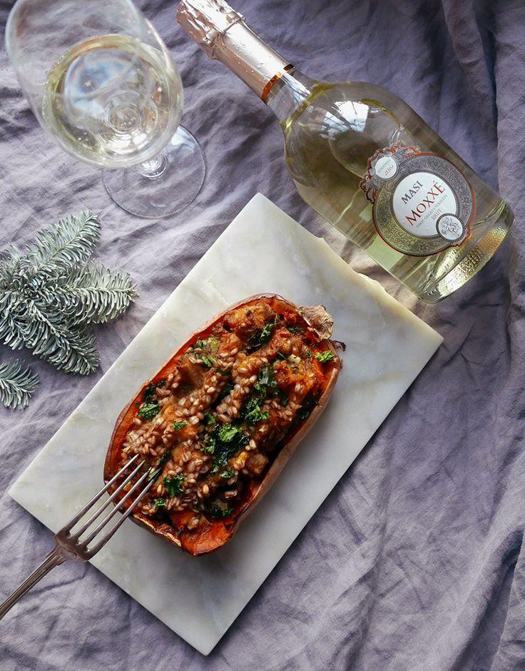Vegetarisk nyårsrätt - Gratinerad pumpa med spenat & gryn serverat med Masi Moxxé Brut. Läs mer på Foodfolder.se