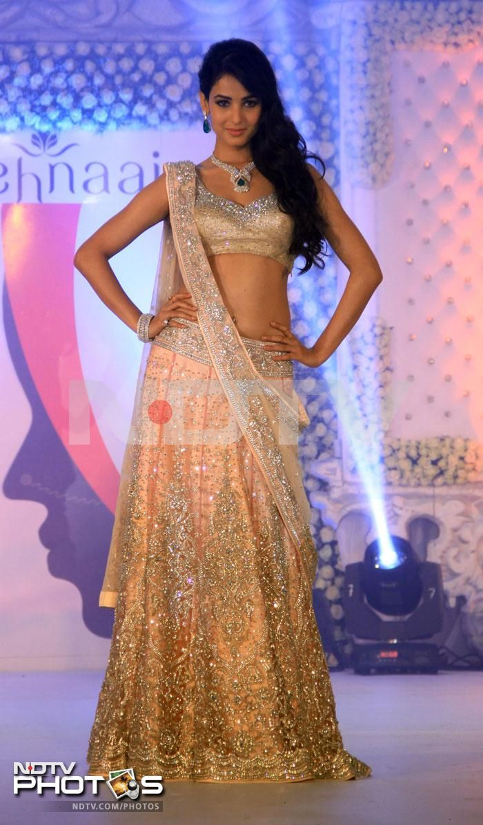 Sonal Chauhan in gorgeous peachy Neeta Lulla lehenga choli with diamonds  emerald necklace set at LFW 2013