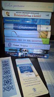BŁĘKITNY Sierpień Jak widać sierpień zapowiada mi się raczej na błękitno. Lato nas nie rozpieszcza w tym roku, zatem trzeba je odrobinkę zaczarować. W lipcu czytałam książki żółte żeby przyciągnąć słońce, no i urlop był słoneczny. Zatem w sierpniu będę czytać książki BŁĘKITNE lub JASNO NIEBIESKIE, żeby zaczarować niebo i odegnać te deszczowe chmury. Błękitny zestaw już gotowy do czytania, tylko czy ja dam radę aż tyle?