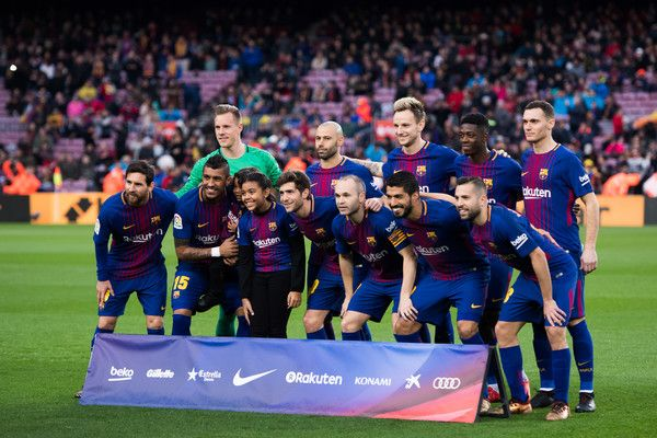 FC Barcelona players pose for a team photo before the La Liga match between Barcelona and Levante at Camp Nou on January 7, 2018 in Barcelona.