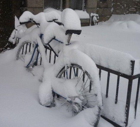 Le vélo du facteur est sous la neige…