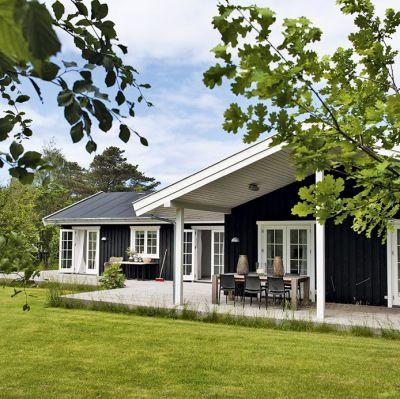 Møbelfabrikanten holder meget af sit sommerhus i Tisvilde ... især om vinteren. Lette lyse gardiner