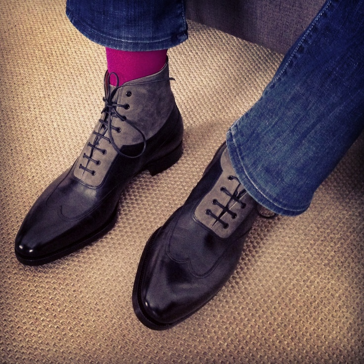 Long wing oxford boot, in black crust calf and grey suede, very good combination with jeans and pink socks