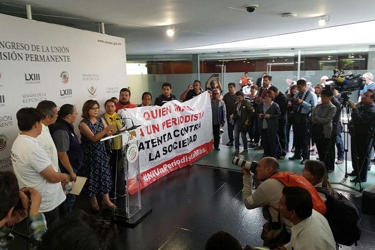 Tras poder rebasar las vallas que habían colocado elementos de seguridad, los comunicadores michoacanos y familiares de Salvador Adame se pudieron entrevistar con la presidenta de la Comisión de Derechos ...