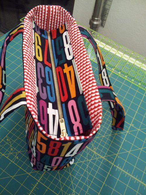 Tuto ajouter une fermeture éclair sur un tote bag (a Recessed Zipper to a Tote - Stitch Lab Blog #tote #bag #sewing)