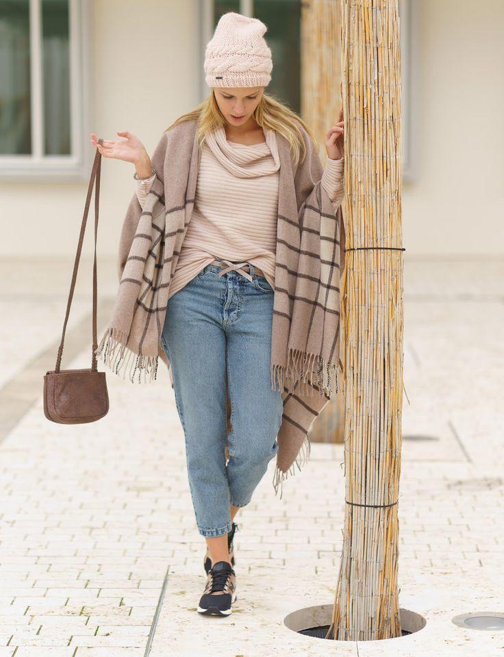 Salepepe Pullover, Poncho von Immagine, Jeans von tigha, New Balance Sneaker, Mütze von SEEBERGER, Tasche von LIEBESKIND BERLIN
