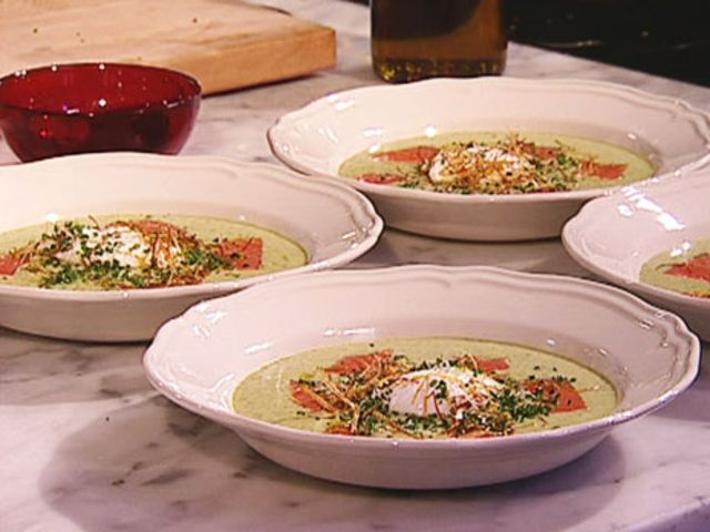 Potatis och purjolöksoppa med rökt lax och pocherat ägg (kock Johan Jureskog)