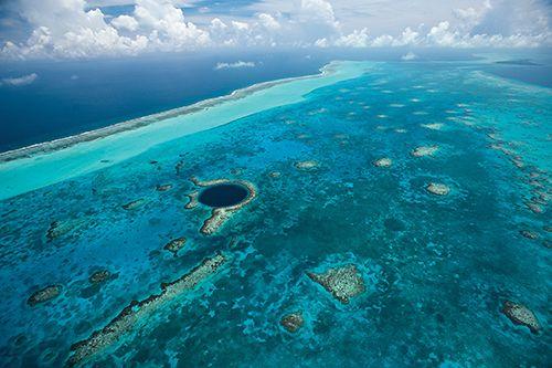 """Beliz bariyer resifi  Kuzey yarımkürenin en büyük bariyer resifi olan Belize bariyer resifi, 500 çeşit balığa ev sahipliği yapıyor. Bölgedeki """"Büyük Mavi Çukur"""", dalış yapmak isteyenler için popüler bir nokta."""
