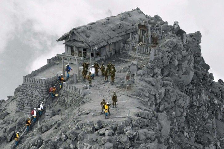 Un tempio giapponese coperto di cenere a causa di un'eruzione vulcanica