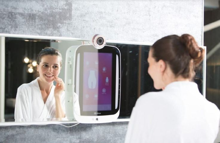 HiMirror est un miroir connecté qui vous donne des conseils de beauté. A l'aide d'un système de détection ultra performant, il peut capturer le visage de l'utilisateur et l'analyser afin de détecter les rides, les tâches, les cernes ou les boutons ou tout autres imperfections.