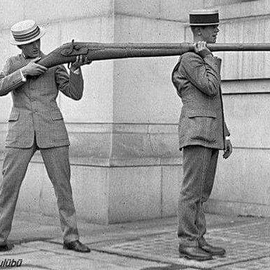 19. yüzyıl ile 20. yüzyılın ilk yılları arasında kullanılan dünyanın en büyük av tüfeği. Su kuşlarının avlarında kullanılmış olan bu tüfekler, koloni halindeki sürülerden tek atışta 50 kadarını vurabiliyorlardı.  Av yasalarının modern çevre bilimi ile düzenlenmesinin sonucunda yasaklanarak amaçlarını yitiren bu silahlardan günümüzde İngiltere'de aktif olarak çalışan 50'den az kaldığı belirtiliyor. (ikinci fotoğraf fişeği normal fişek ile mukayesesi) #duckcommander #duckhunter #duckhunting…