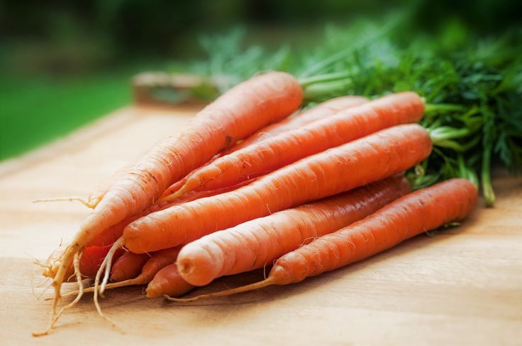 Im Sommer wollen wir alle einen gesunden Teint, oder? Karotten helfen Dir dabei!  Desweiteren führt das Kauen auf einer Möhre dazu, dass mehr Speichel produziert wird und das wiederum dazu, dass die Bakterien in Deinem Mund unter Kontrolle gehalten werden. Das Resultat: Ein langer frischer Atem! Teile diese Tipps mit Deinen Freunden😉