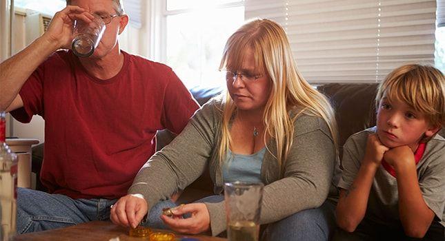 """Facebook Twitter Google+ LinkedIn Print""""Undersøgelser viser at voksne børn af alkoholikere(ACA), eller retter sagt børn som er vokset op i et alkoholisk hjem, deler samme personligheds træk i det voksne liv."""" Undersøgelser viser at voksne børn af alkoholikere(ACA), eller retter sagt børn som er vokset op i et alkoholisk hjem, deler samme personligheds træk i …"""