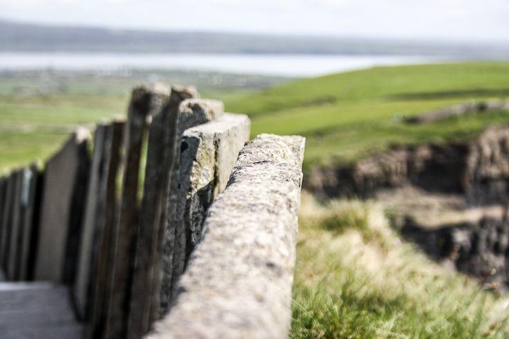 Steinmauer an den Cliffs of moher. Die Besucherzahl pro Jahr beträgt bis zu 1 Million Menschen. https://www.facebook.com/wakawariBlog/posts/443813962446169