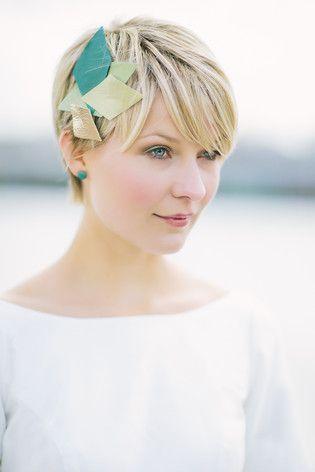 noni 2015 | modisches schlichtes Headpiece mit Rauten in Gold, Grün und Smaragd zum eleganten Brautkleid mit Uboot Ausschnitt und Rückendekolletée (www.noni-mode.de - Foto: Le Hai Linh)