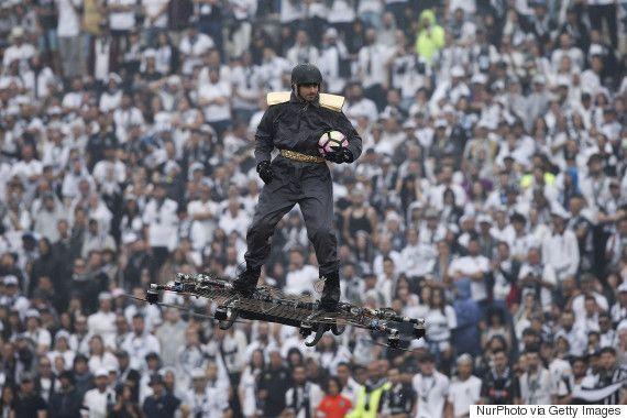 「未来感あふれすぎ」世界が驚愕したサッカーボールの渡し方(動画)
