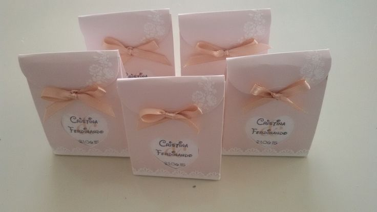 Scatoline portaconfetti rosa in tema con il resto del matrimonio