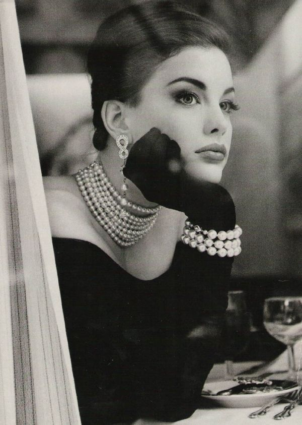 Liv Tyler resembling Liz Taylor  the pearls, gloves, hair, gown all work