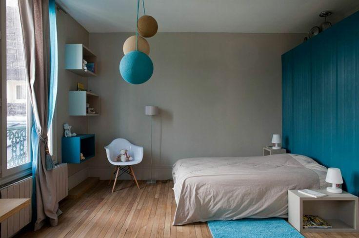 Chambre d'enfant à la décoration beige & bleu pétrole