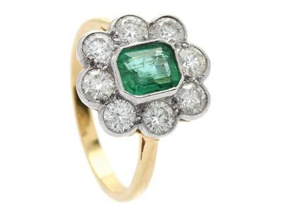 CLUSTER RING, 18K gold, emerald approx 0,80 ct, 8 brilliant cut diamonds approx 1,20 ctw, approx Cr-Tca/VS-SI, size 17,5 mm, weight 4,5 g.