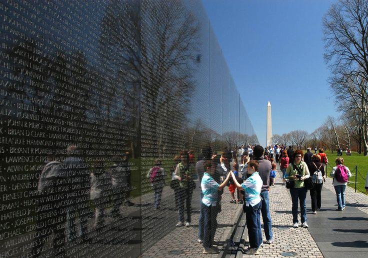Maya Lin. Vietnam Veterans Memorial. 1981-3 O Muro do Memorial aos Veteranos do Vietnã estende-se por 75 metros de comprimento de mármore negro, no qual estão inscritos os nomes de todos os soldados estadunidenses mortos na guerra. Localiza-se no Constitution Gardens, próximo ao Monumento a Washington, e foi projetado pela arquitecta Maya Lin