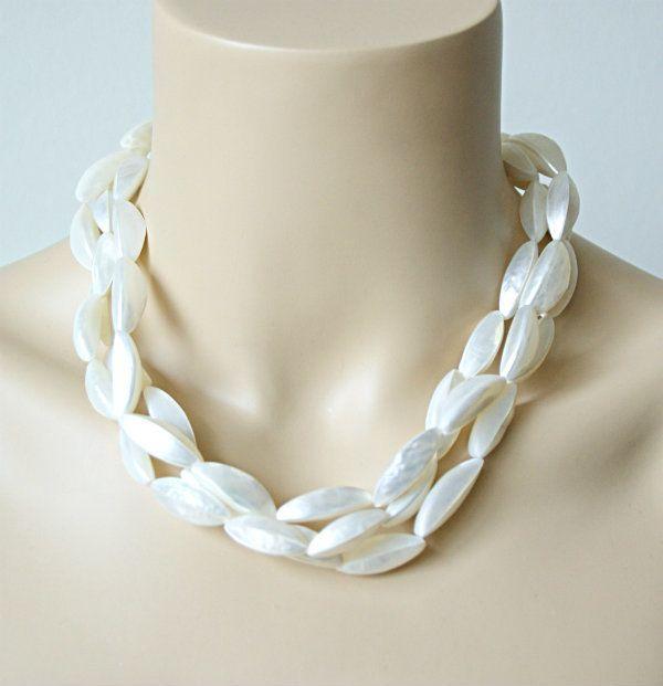 Prachtige meerrijige halsketting met parelmoer schelpen in knoflook vorm van Manouk Sieraden #statementpieces