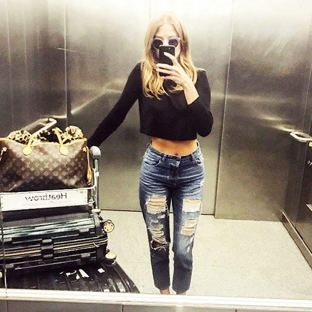 Millie подает отличную идею дорожного гардероба для майских путешествий. Рваные джинсы DL1961 из новой коллекции – идеальный вариант, чтобы чувствовать себя в дороге комфортно и стильно одновременно. Подобрать себе такие вы сможете в JiST.  #spring #fashion #outfitidea: #stylish & #trendy #DL1961 #jeans help to create #chic #outfit #мода #стиль #тренды #джинсы #модно #стильно #новаяколлекция #киев