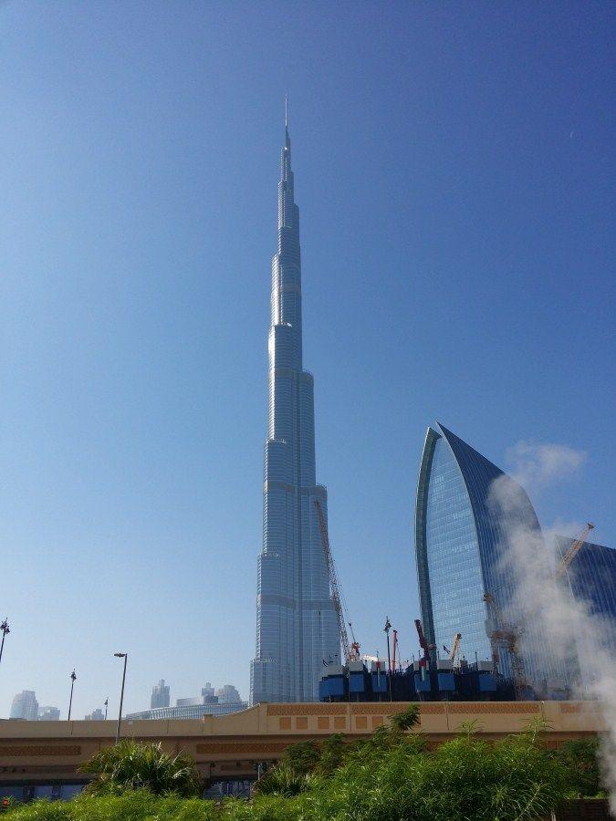Burj Khalifa Tower (Dubai), edificio más alto del mundo. Vista autopista y construcción