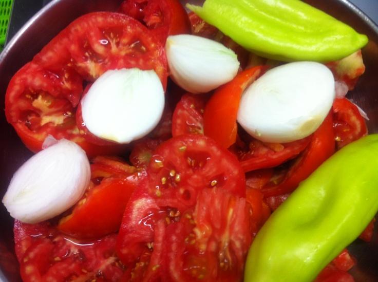 tomates, cebolla y pimientos verdes para hacer helado de trampó