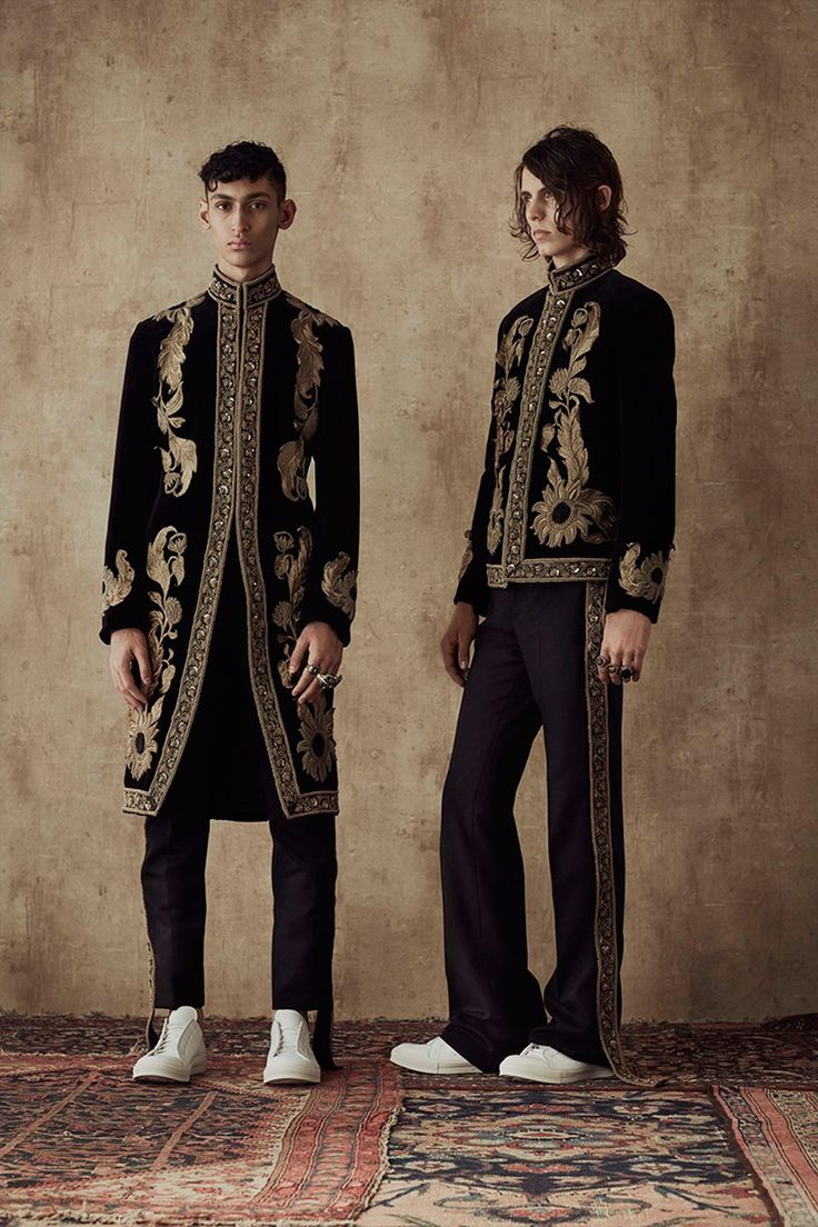 Alexander McQueen presented its Spring/Summer 2017 collection through photography and imagery this season. The journey of the collection begins in 1960s swinging London and moves to a dusty exotic world. Traditional, sharply cut Savile Row tailoring in sober shades gradually... »