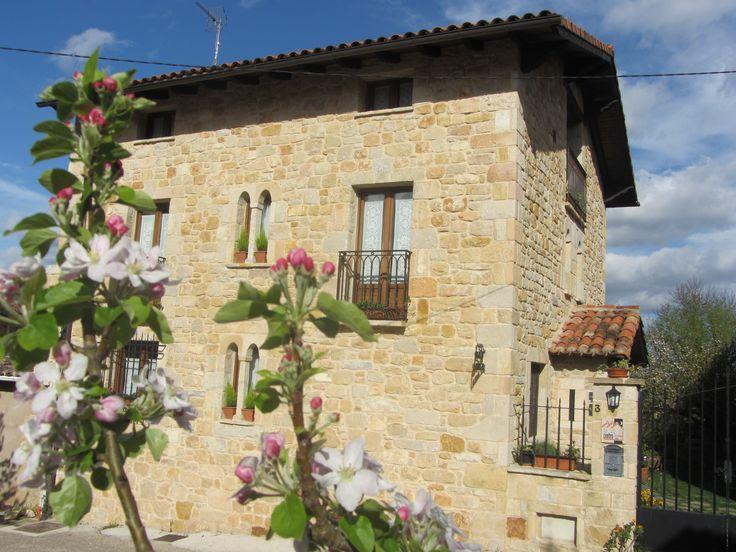 Nuestro hotel rural se encuentra a 3 Km de la Ciudad de Frías www.elmiradordemerindades.es