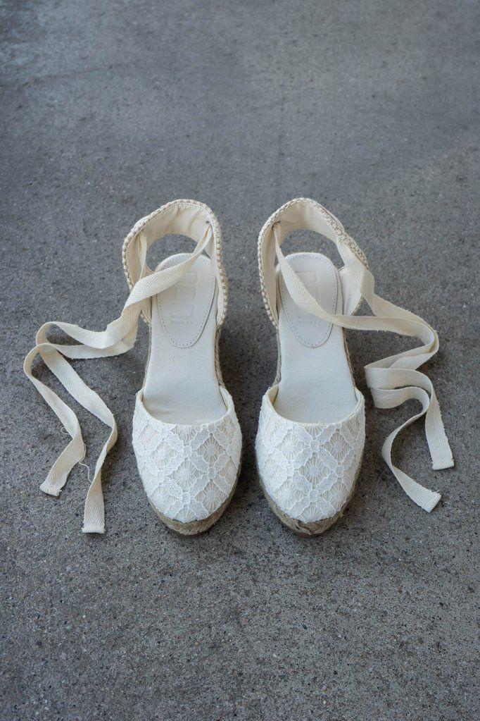Braut Sandalette Mit Keilabsatz Und Geometrischer Spitze Fur Ava Lou Braut Sandalen Hochzeitsschuhe Hochzeit Schuhe Keilabsatz
