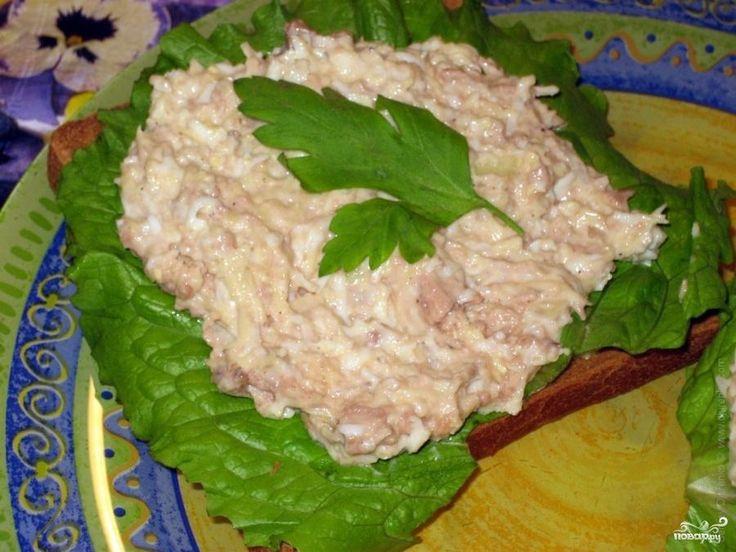 Рецепт приготовления популярного салата с сыром, яйцами и печенью трески.
