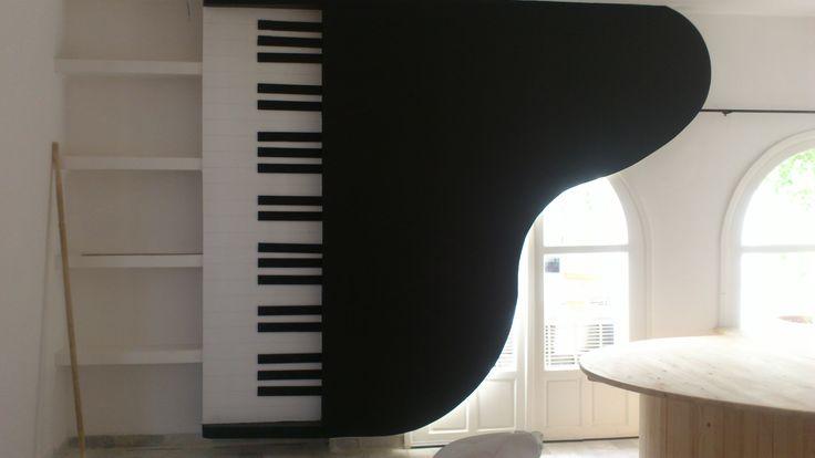 On a décidé de coller un piano au mur pour changer un peu.