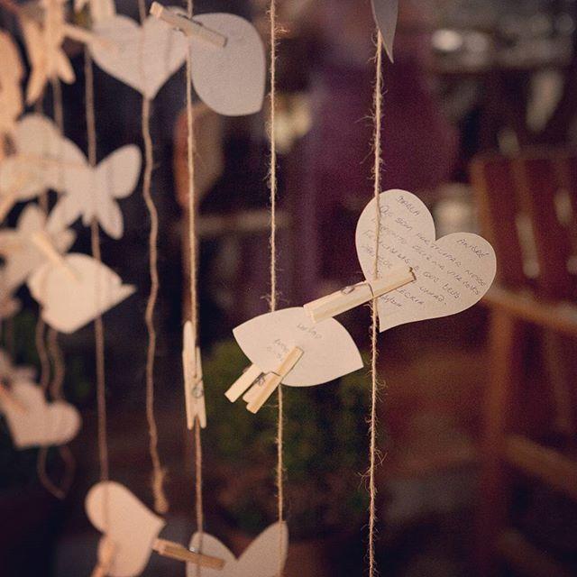 Palavras leves de amor e carinho... Foi assim que nossos convidados nos desejaram o que de melhor tinham no peito! 🍃💚💌😊 [molde + papel + tesoura = 💛]  #sucodenuvem #leveza #cores #sonhos #diy #decor #flores #arte #delicadezas #fofuras #deus #gratidao #wonderland #craft #feitoamao #casoriodarlaeandre #casamentofeitoamao #decordecasamento #miniwedding  #casamentointimista #casamentonagrama #casamentonositio #bridal #raphaeldavid #comosefosseretrato #happyday #diafeliz #instawedding…